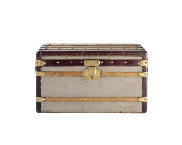7b8e0d5dba82 1858-й год положил начало еще одной характерной черте марки Louis Vuitton –  появлению огромного количества подделок. Плоские чемоданы стали  изготавливать ...