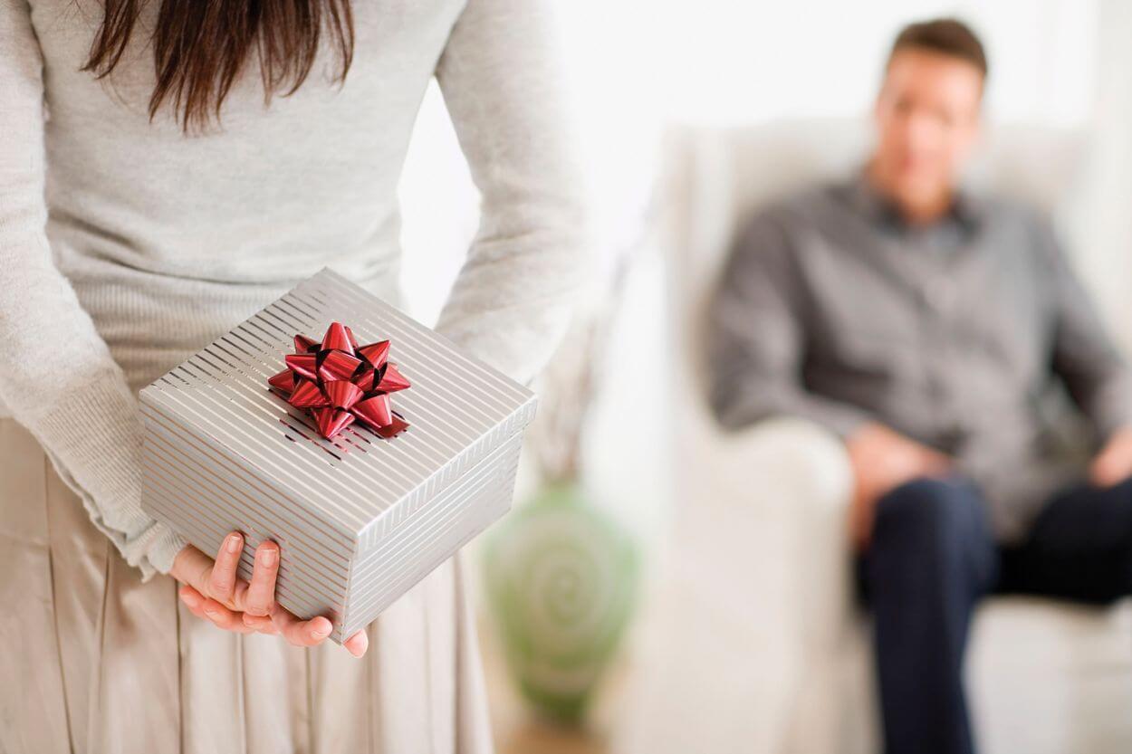 типичный картинка мужчина с подарком в руках зима